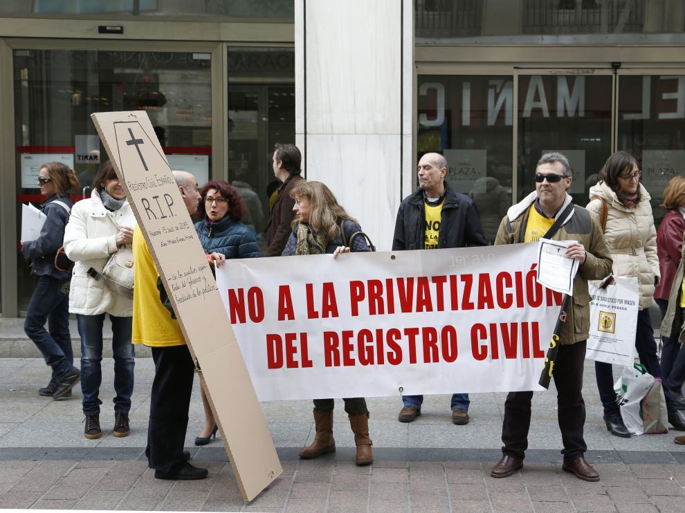 Varios trabajadores protestaron este viernes a las puertas del Registro Civil en Zaragoza