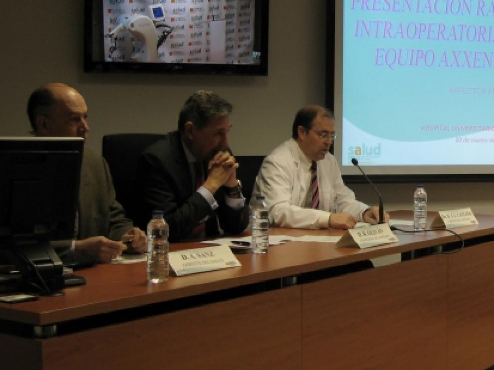Presentación del nuevo aparato de radioterapia, pionero en España, en el hospital Miguel Servet de Zaragoza.