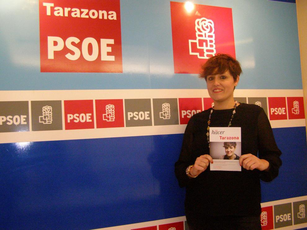 La candidata socialista a la alcaldía de Tarazona, Leticia Soria, posa con uno de los cuestionarios.