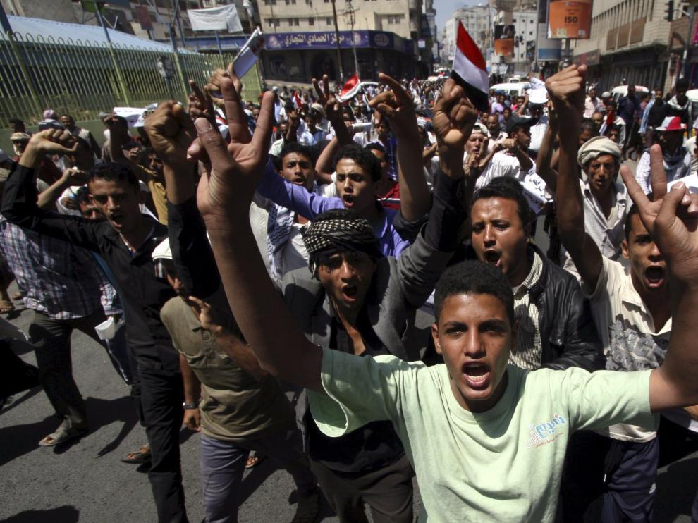 Los anti houthi protestan en las calles de la ciudad yemení de Taiz