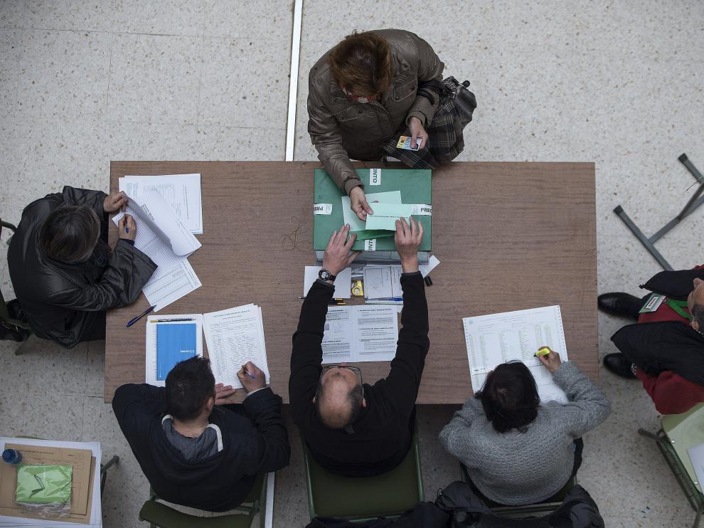 Una mujer vota en las elecciones autonómicas para la Junta de Andalucía.
