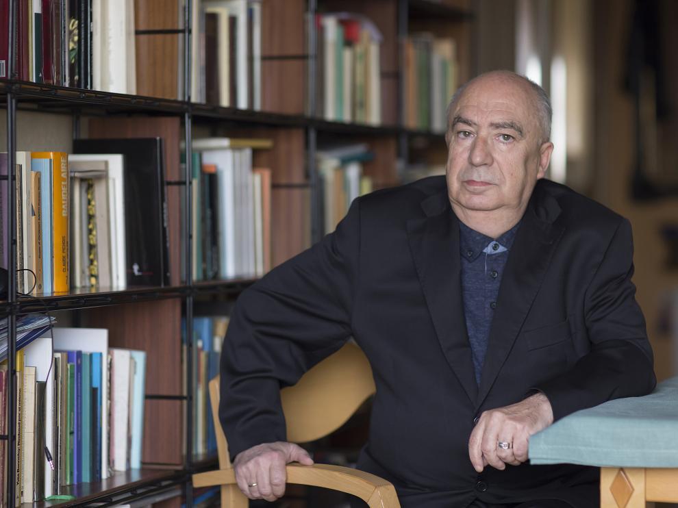 El poeta y traductor en su casa de Madrid.