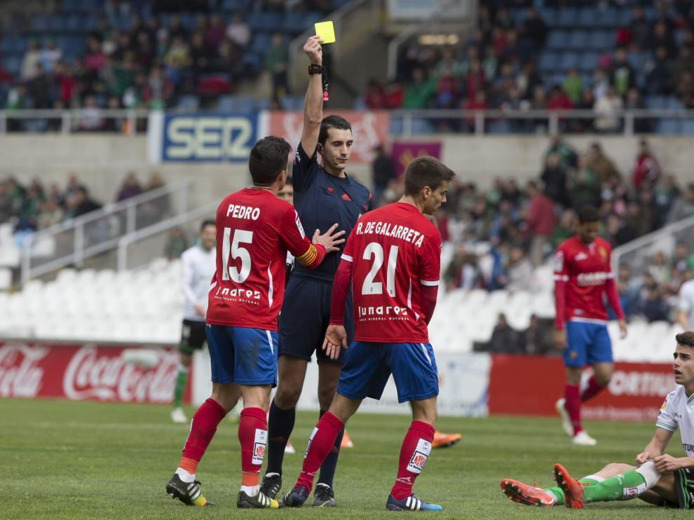 El colegiado muestra una amarilla en el Racing-Real Zaragoza