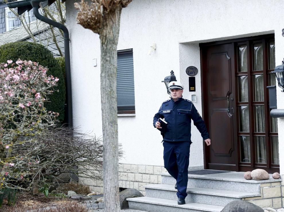 Un policía a las puertas de la vivienda de Andreas Lubitz