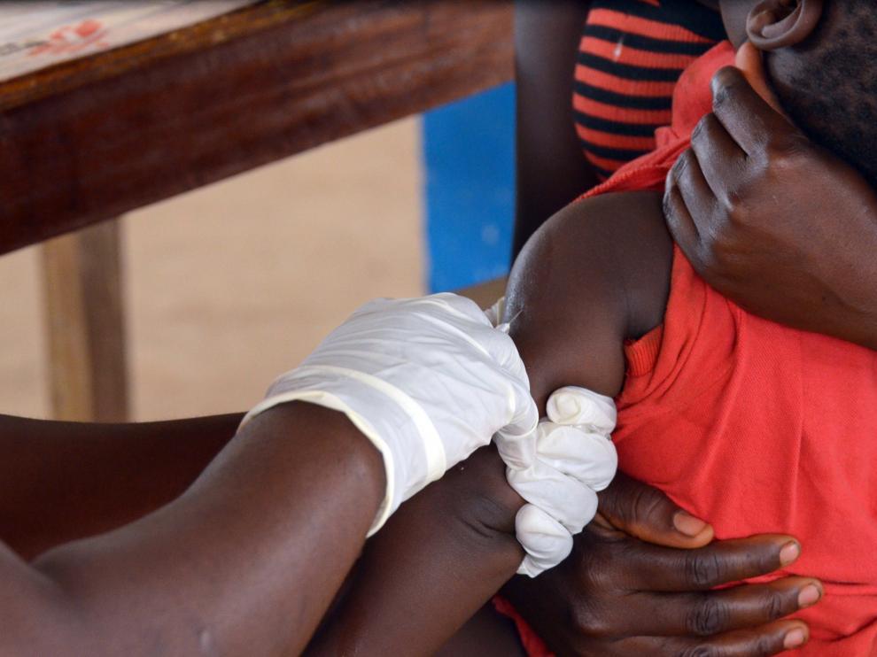 Un niño es vacunado contra el sarampión en un barrio pobre de Monrovia.