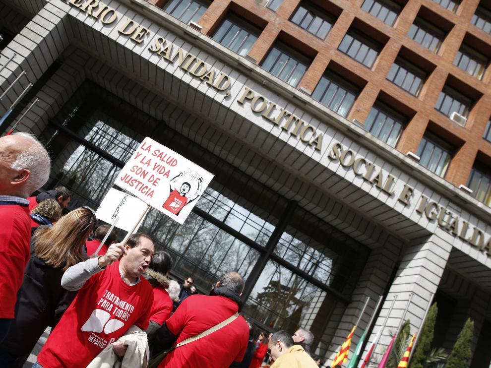 Integrantes de la plataforma de afectados por la hepatitis C se manifiestan ante el Ministerio de Sanidad, en Madrid (imagen de archivo).