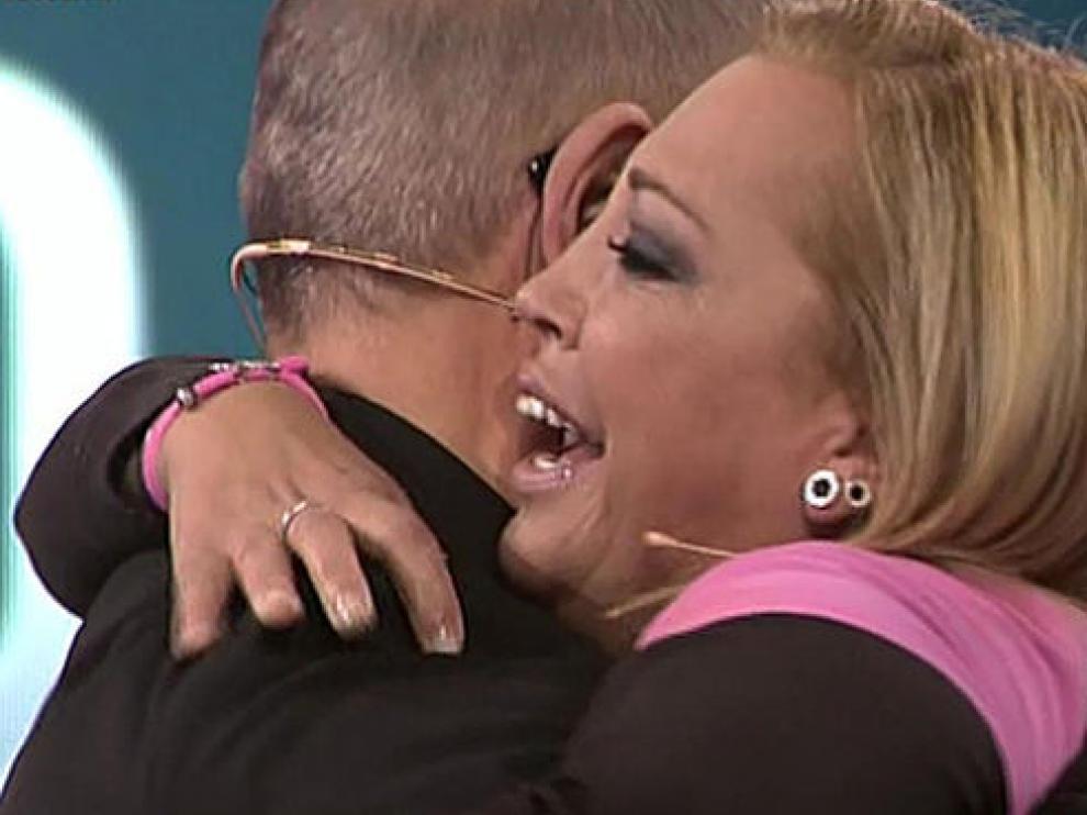 Belén Esteban abraza al presentador Jordi González al anunciar su nombre como ganadora del concurso