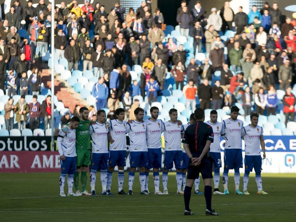 Los jugadores guardan un minuto de silencio en La Romareda