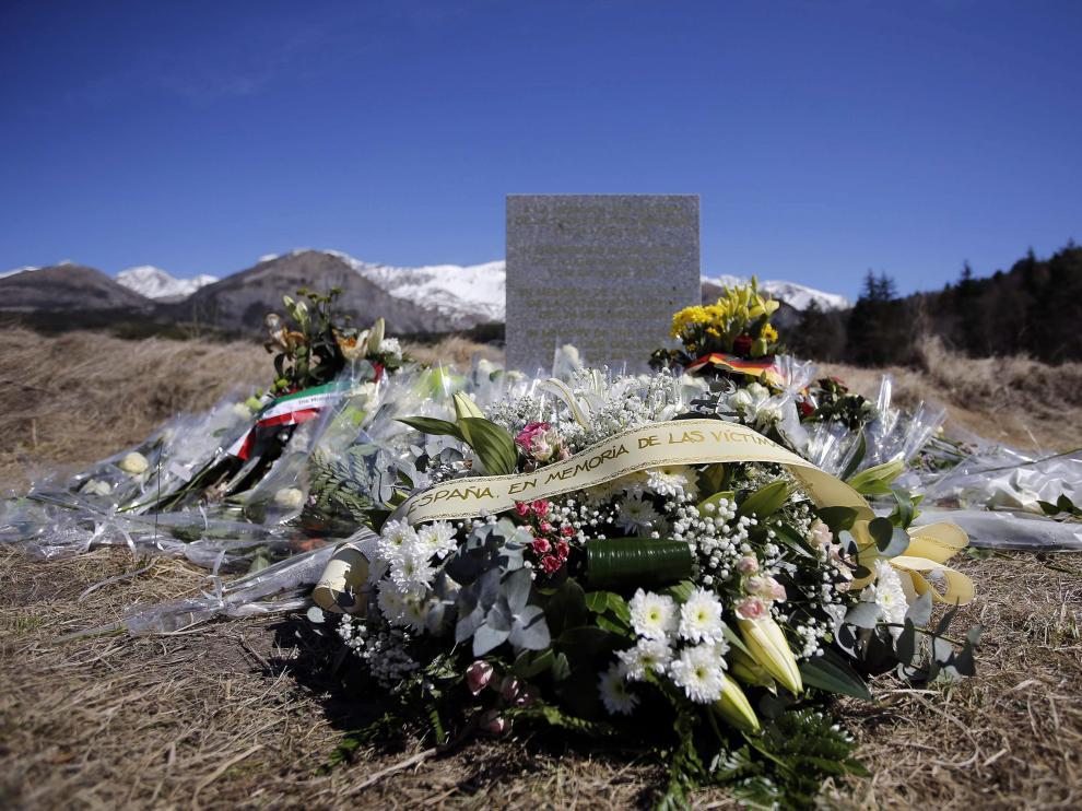 Flores en el monolito en homenaje a las víctimas