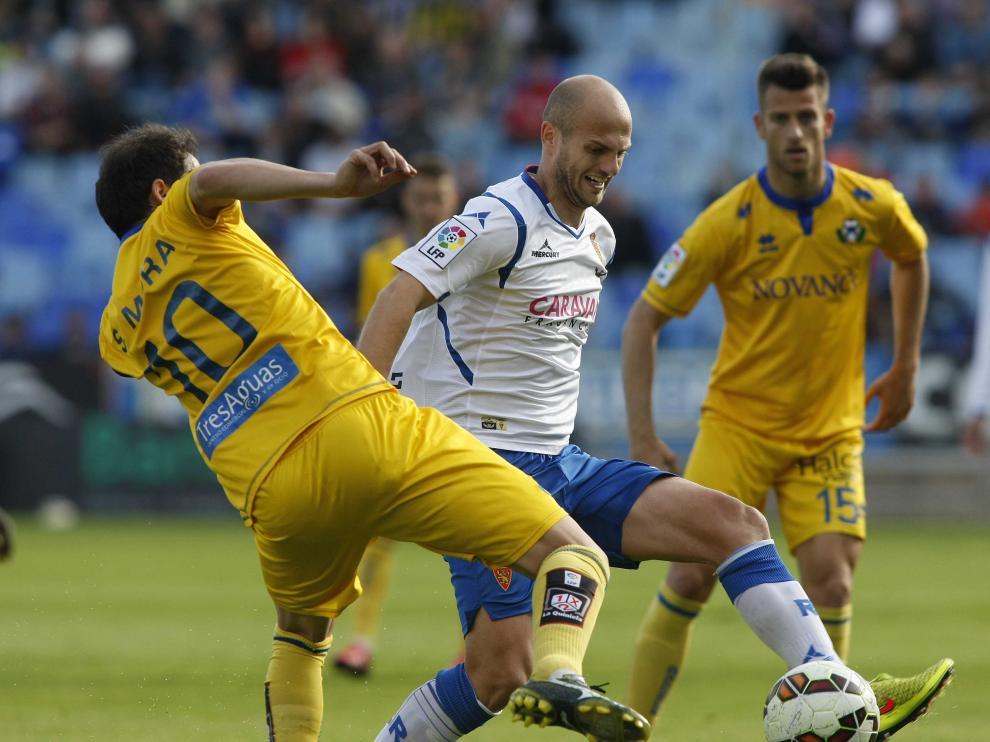 Basha controla el balón durante el partido