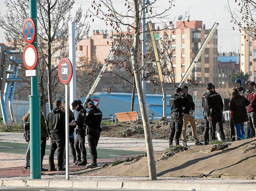 Varios policías identifican a los jóvenes que ayer acudieron al juzgado de guardia para apoyar a los once detenidos.