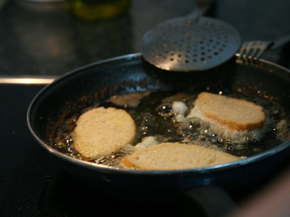 Las torrijas con miel se fríen primero en aceite.