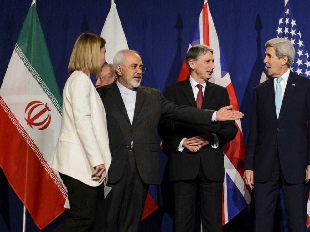 De izqa a dcha: la jefa de la diplomacia de la UE, Federica Mogherini, el ministro iraní de Exteriores, Mohamad Yavad Zarif, el ministro británico de Exteriores, Philip Hammond y el secretario de Estado de Estados Unidos, John Kerry