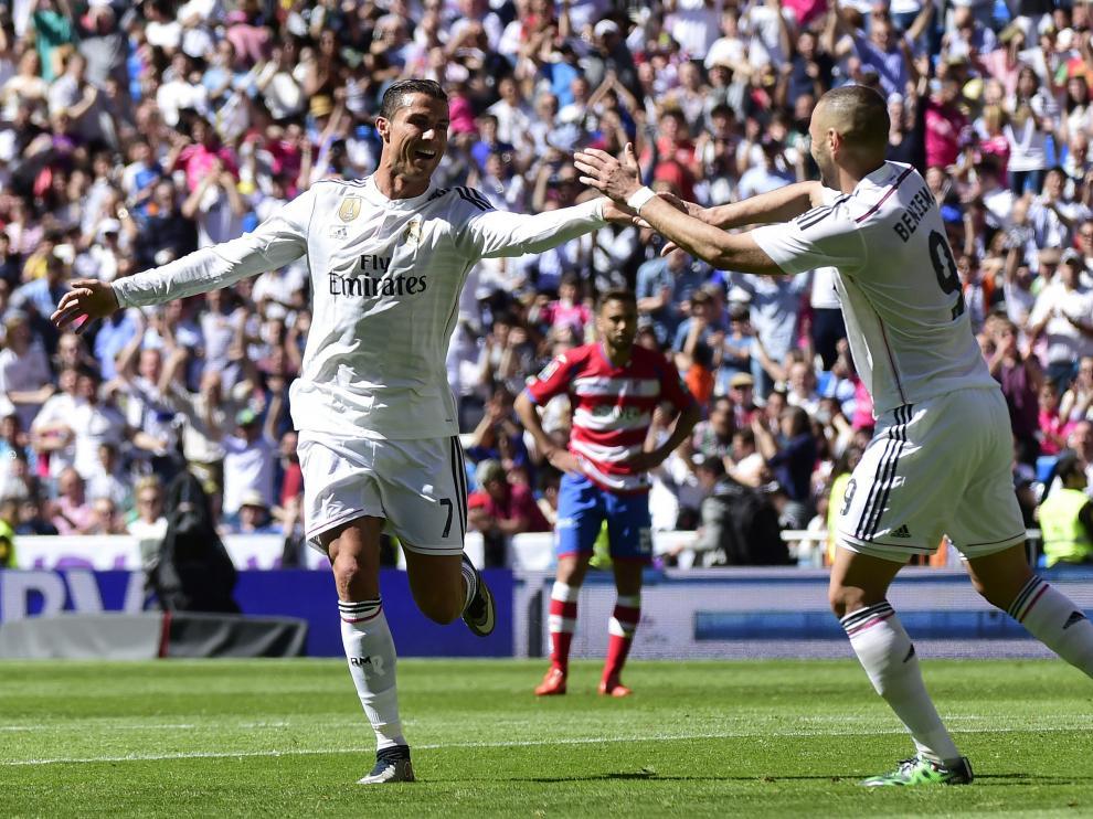 Cristiano y Benzema celebran un gol ante el Granada