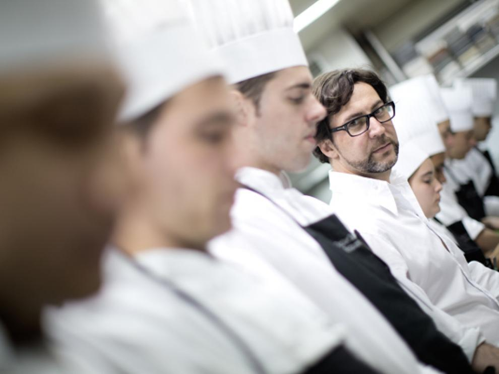 Quique Dacosta trabajando en la cocina de uno de sus restaurantes.