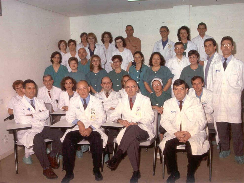 Fotografía del equipo del Hospital Universitario Miguel Servet en el año 2000, cuando se realizó el primer trasplante de corazón.
