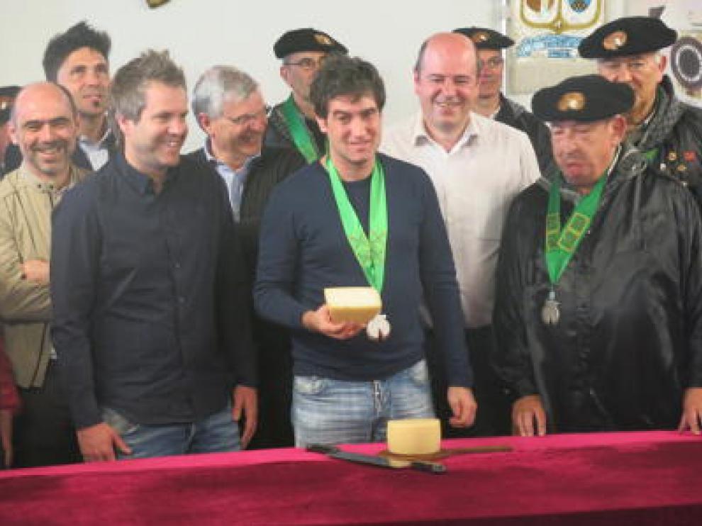 El chef Josean Alija tras cortar el queso Idiazabal.