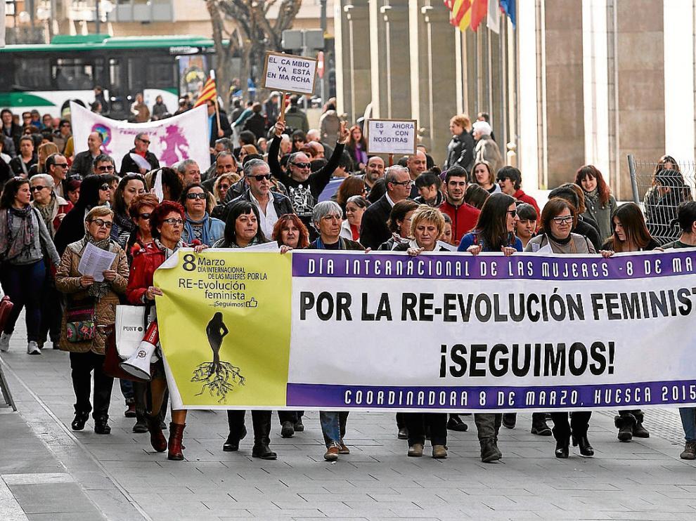 Multitudinaria marcha contra la violencia de género y la brecha salarial