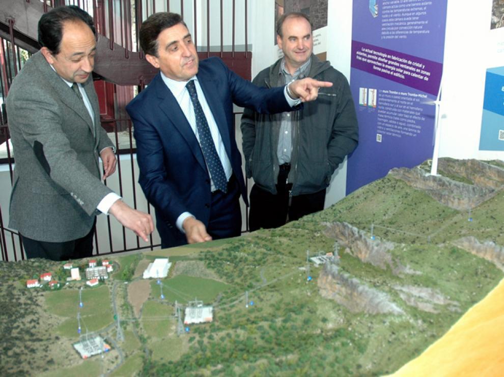 Manuel López, Carlos Martínez y Migel Ángel Arancón con la nueva maqueta presentada