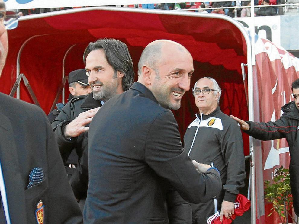 Ranko Popovic y el exzaragocista Miquel Soler se saludan antes del encuentro.