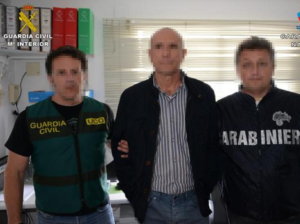 El detenido Lucio Morrone, con dos agentes