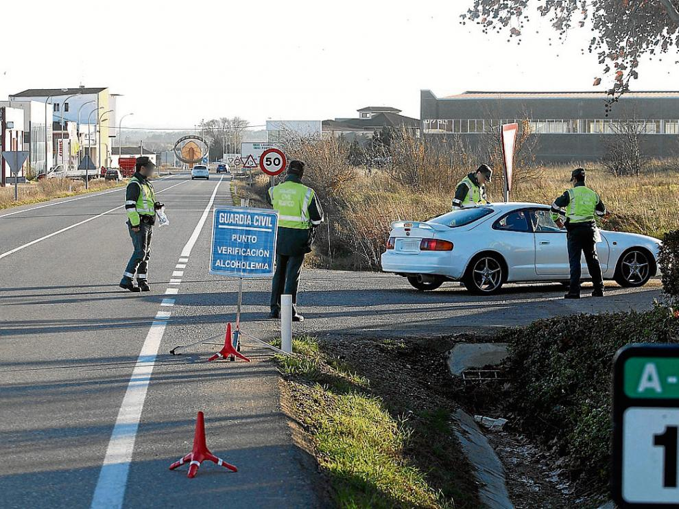 Agentes de la Guardia Civil realizan un control de alcoholemia a la entrada de Grañén.