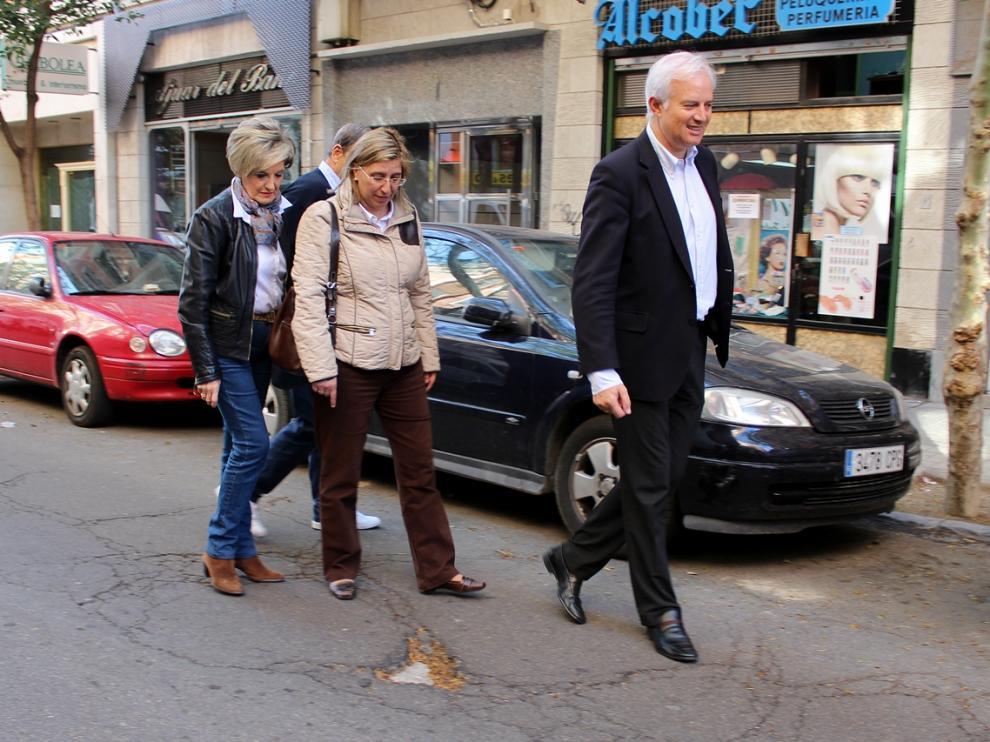 ?Eloy Suárez recorre las calles de Zaragoza comprobando los desperfectos en el firme