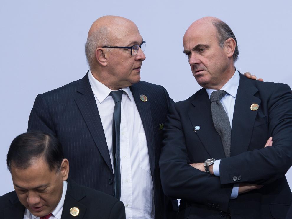 Michel Sapin habla con Luis de Guindos