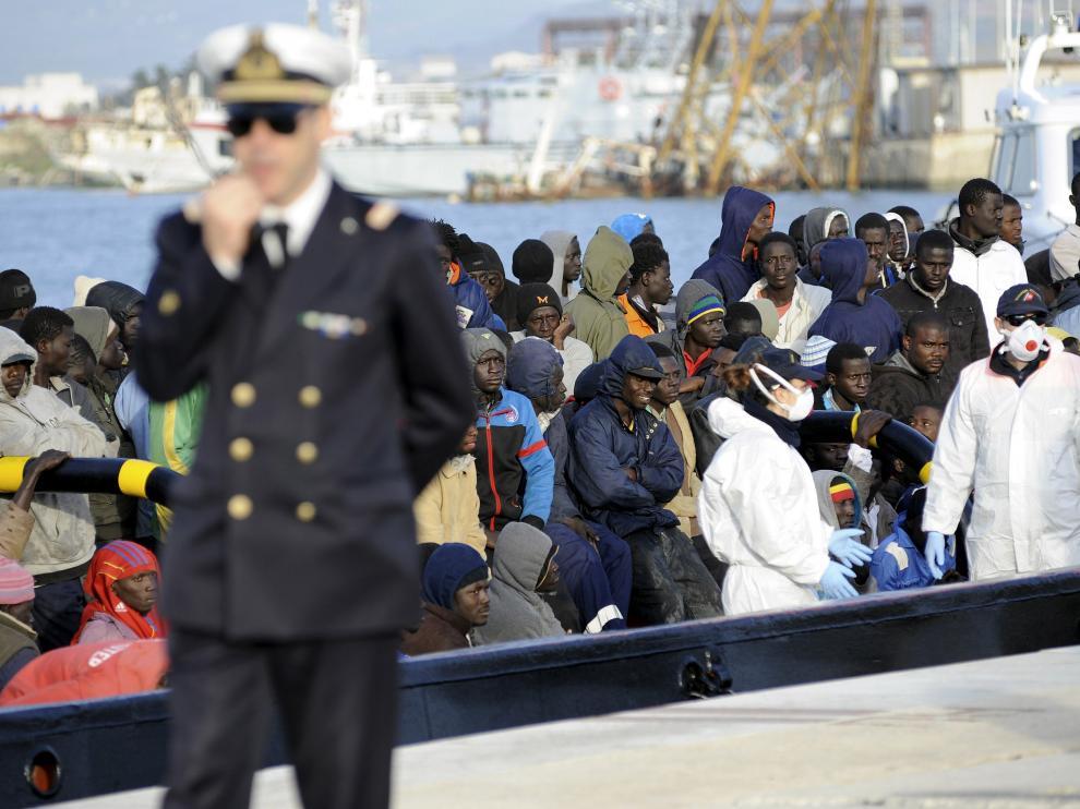 Imagen de una patera en las costas italianas el pasado día 17