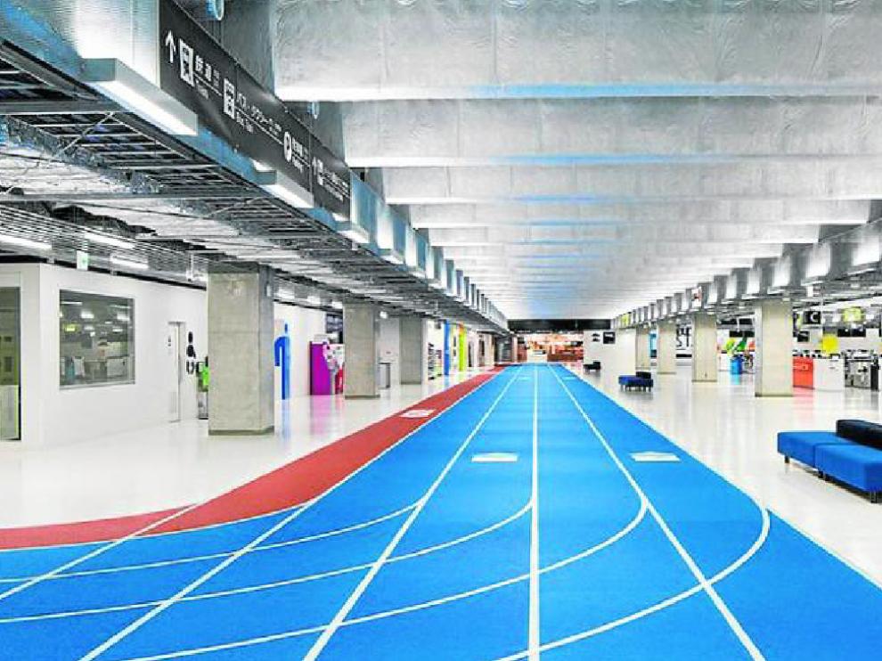 Uno de los coloridos y minimalistas pasillos de la nueva terminal 3 del aeropuerto de Narita, en Japón.
