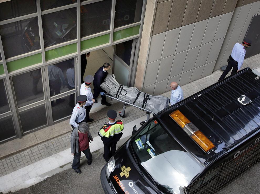 Traslado del cadáver del profesor asesinado por un alumno en un instituto de Barcelona