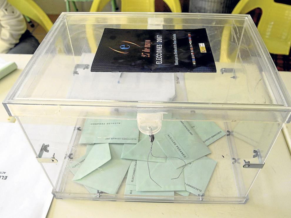 Una urna, en las elecciones locales de 2011.