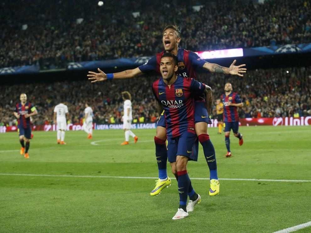 Alves y Neymar celebran uno de los goles