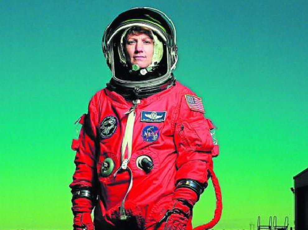 La fotógrana Annie Leibovitz inmortalizó a Eileen Collins, primera mujer piloto y comandan-te de un transbordador espacial en la obra 'Eileen Collins' (1999).