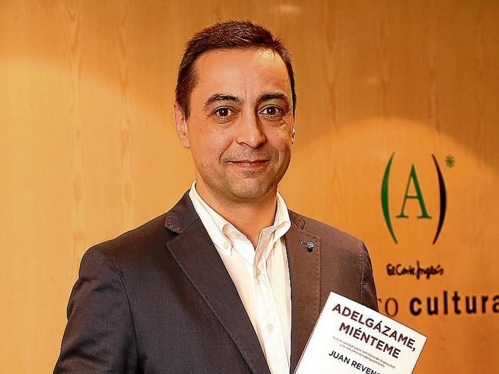 Juan Revenga, con su libro, 'Adelgázame, miénteme'.