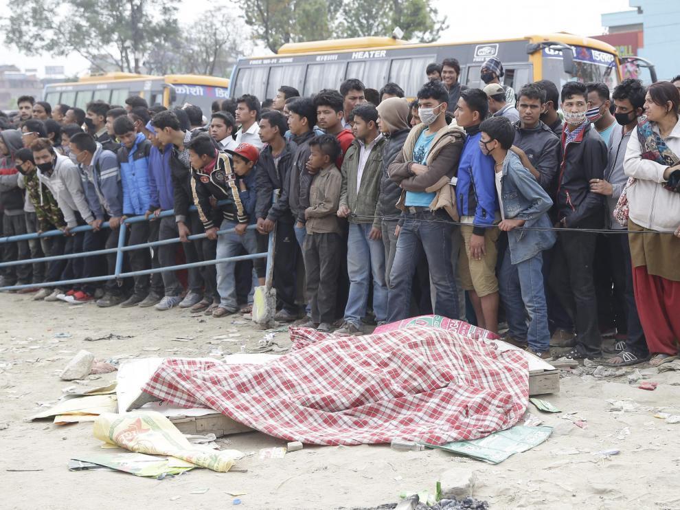 Los cadáveres yacen en las calles de Katmandú
