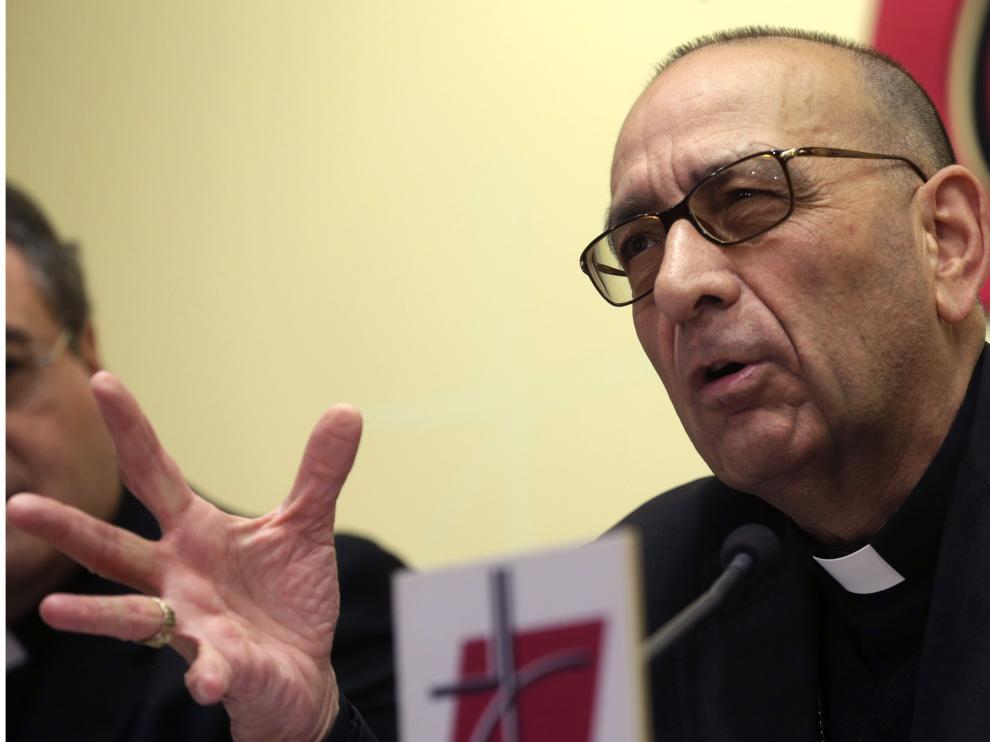 """Juan José Omella, presidente de la Comisión Episcopal de Pastoral Social,  durante la presentación del documento """"Iglesia, servidora de los pobres""""."""