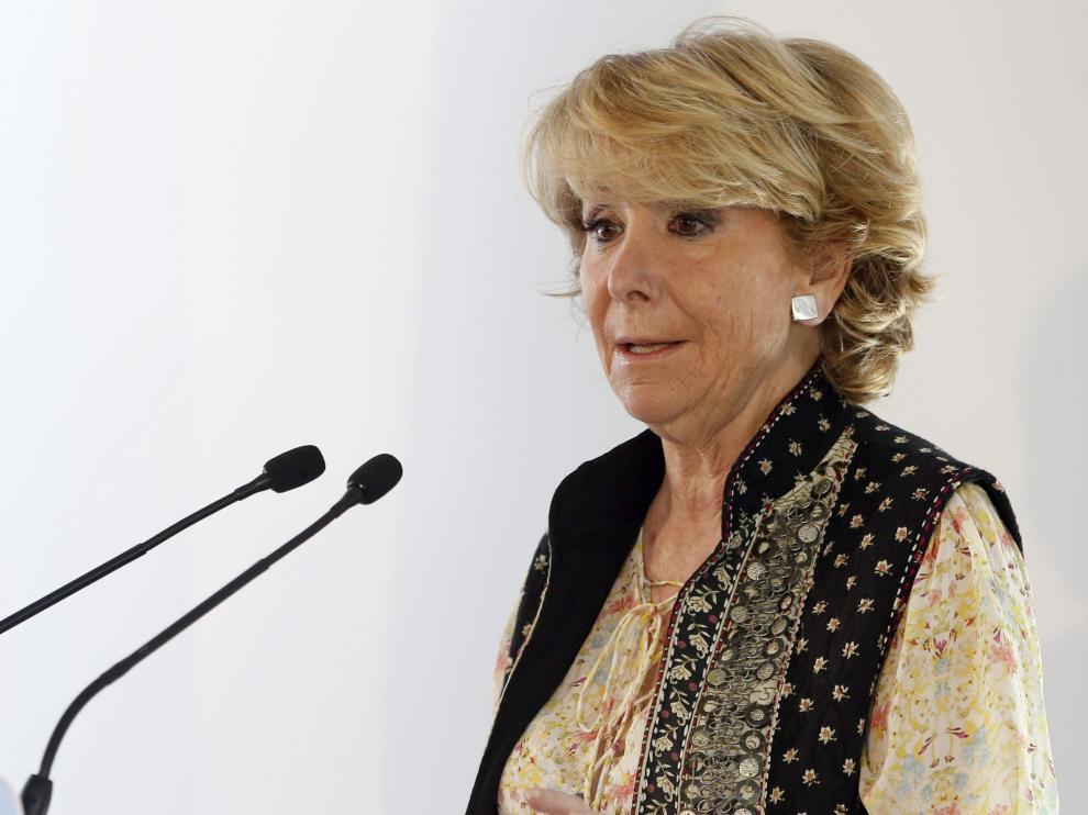 Esperanza Aguirre durante la visita al Centro de Servicios Sociales del distrito de Latina.