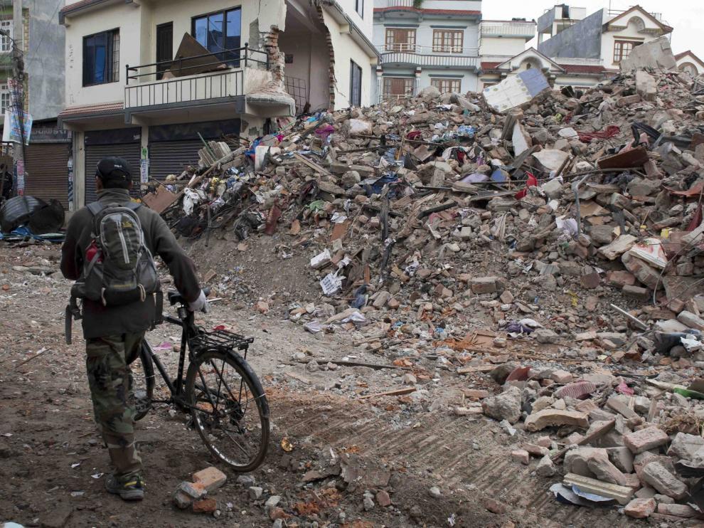 Una calle de Katmandú, devastada tras el terremoto