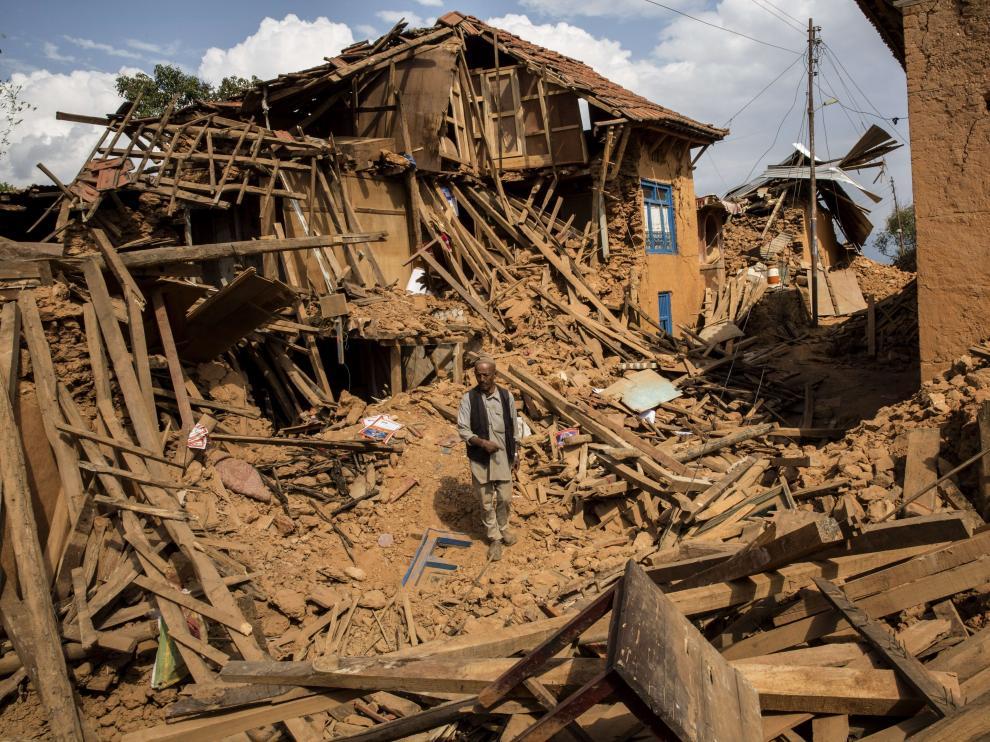 Un hombre camina sobre los escombros en un poblado de Katmandú, en Nepal.