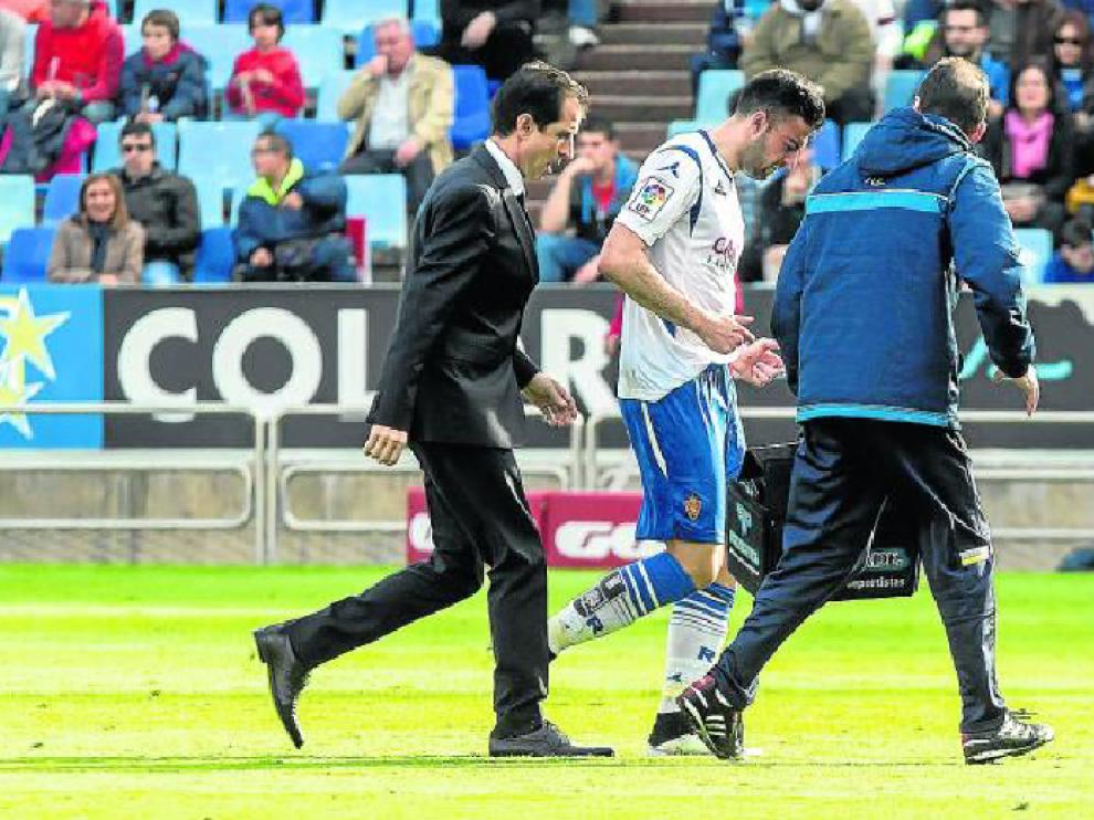 Diego Rico, atendido por el doctor Honorio Martínez y el fisio Míchel Román, en un momento del partido ante el Alcorcón.