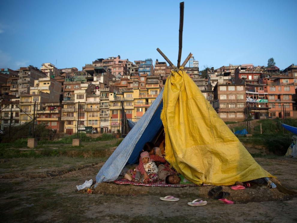 Los supervivientes de áreas remotas en Nepal piden con urgencia tiendas y lonas