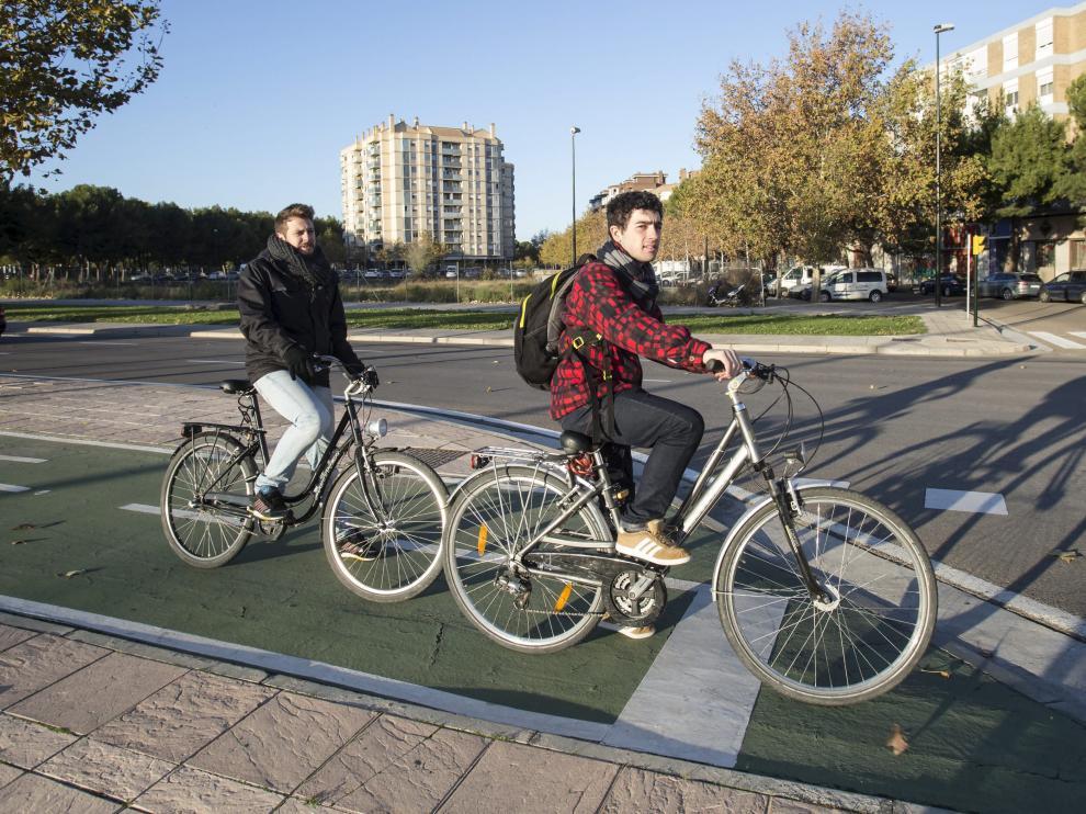 Dos ciclistas, en un carril bici de Zaragoza.