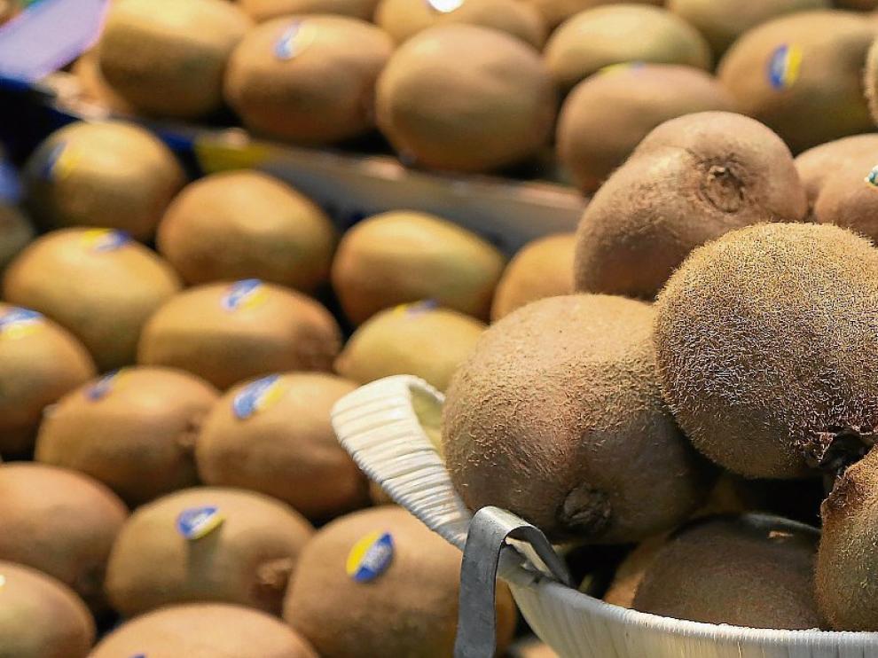 El kiwi posee mucha fibra y enzimas que favorecen el tránsito intestinal.