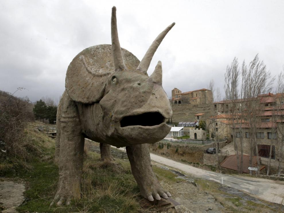 Figura de dinosaurio en la localidad soriana de Bretún