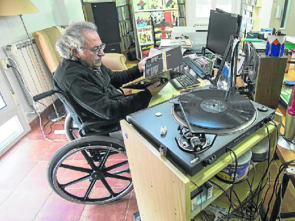 Matías, en su rincón de trabajo, escucha 'The Dark Side of the Moon', de Pink Floyd.