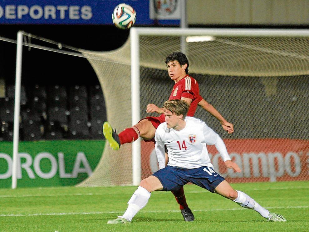 Jesús Vallejo, en su debut con España sub 21, despeja ante un delantero noruego.