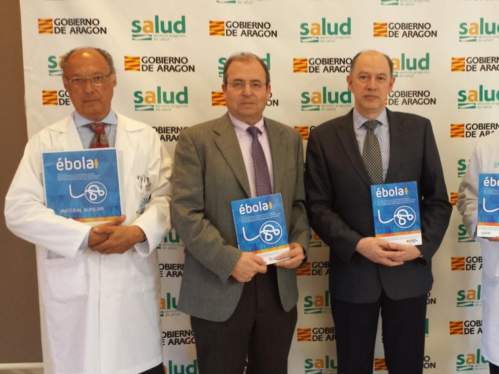 El doctor Juan Carlos Ferrando, a la dcha., durante la presentación del libro sobre el ébola en el hospital Royo Villanova de Zaragoza.