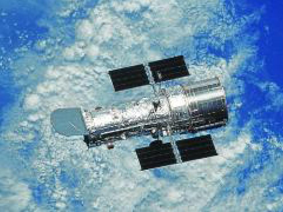 El telescopio espacial Hubble, en órbita en torno a la Tierra.