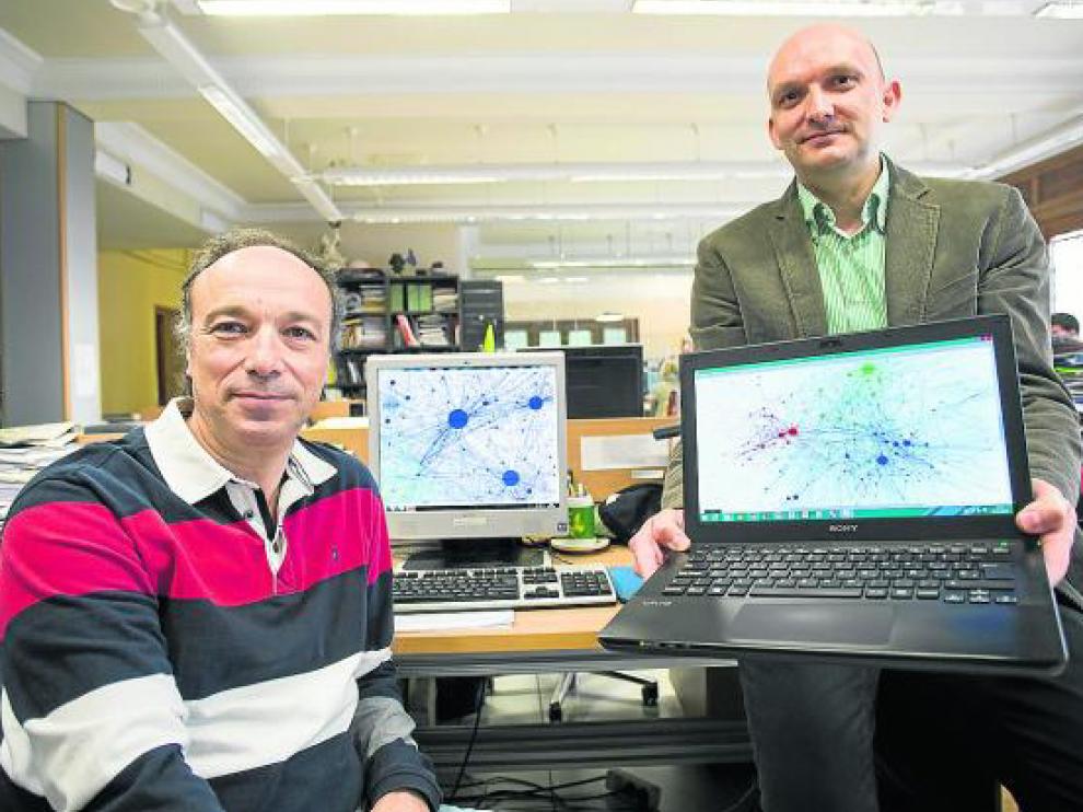 Alfonso Tarancón y David Íñiguez muestran algunos de los mapas de interrelaciones tuiteras.